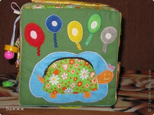 Всем Здравствуйте! Вот такой кубик подоспел к дочиным 10 месяцам - высота грани 20 см, внутри гремелка, наполнитель - поролон)) ну и всякая всячина...  фото 10