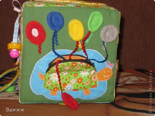 Всем Здравствуйте! Вот такой кубик подоспел к дочиным 10 месяцам - высота грани 20 см, внутри гремелка, наполнитель - поролон)) ну и всякая всячина...  фото 11