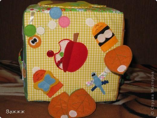 Всем Здравствуйте! Вот такой кубик подоспел к дочиным 10 месяцам - высота грани 20 см, внутри гремелка, наполнитель - поролон)) ну и всякая всячина...  фото 6