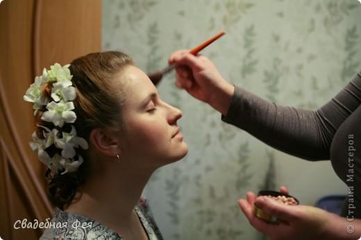 Прежде всего прическа и макияж должны Вам подходить и гармонировать со всеми элементами свадебного образа (платье, букет, украшения). Мастер-класс по свадебной прическе и макияжу. Образ создан стилистом-визажистом Людмилой Микаелян. фото 9