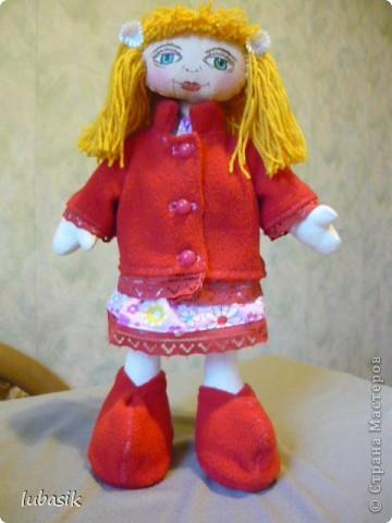Увидела в Стране призыв к совместному пошиву таких очаровательных куколок большеножек http://stranamasterov.ru/node/371127?c=favorite . Там же дана выкройка и мастер класс.  Не могла устоять. И пошилась у меня такая девочка Катюшка. Шила такую куколку в первый раз и наделала много ошибок, но в конце концов на свет появилась моя Катерина.  фото 1
