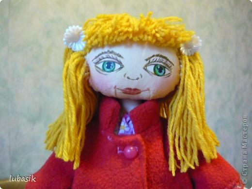 Увидела в Стране призыв к совместному пошиву таких очаровательных куколок большеножек http://stranamasterov.ru/node/371127?c=favorite . Там же дана выкройка и мастер класс.  Не могла устоять. И пошилась у меня такая девочка Катюшка. Шила такую куколку в первый раз и наделала много ошибок, но в конце концов на свет появилась моя Катерина.  фото 2