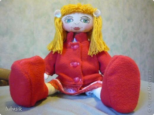 Увидела в Стране призыв к совместному пошиву таких очаровательных куколок большеножек http://stranamasterov.ru/node/371127?c=favorite . Там же дана выкройка и мастер класс.  Не могла устоять. И пошилась у меня такая девочка Катюшка. Шила такую куколку в первый раз и наделала много ошибок, но в конце концов на свет появилась моя Катерина.  фото 5