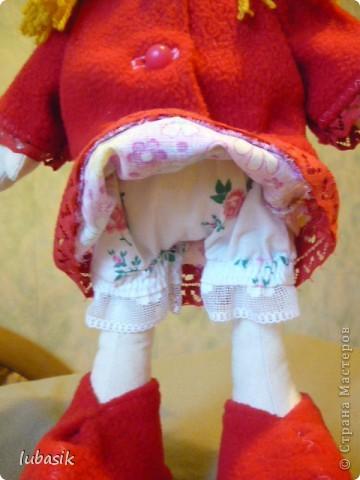 Увидела в Стране призыв к совместному пошиву таких очаровательных куколок большеножек http://stranamasterov.ru/node/371127?c=favorite . Там же дана выкройка и мастер класс.  Не могла устоять. И пошилась у меня такая девочка Катюшка. Шила такую куколку в первый раз и наделала много ошибок, но в конце концов на свет появилась моя Катерина.  фото 4