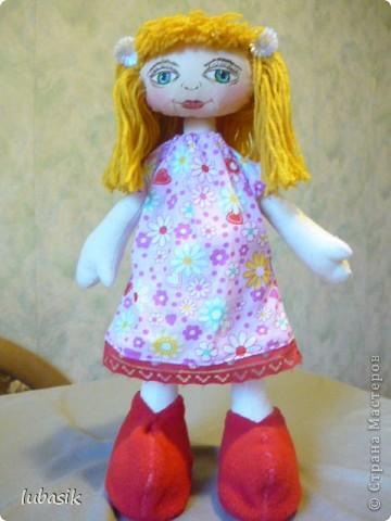 Увидела в Стране призыв к совместному пошиву таких очаровательных куколок большеножек http://stranamasterov.ru/node/371127?c=favorite . Там же дана выкройка и мастер класс.  Не могла устоять. И пошилась у меня такая девочка Катюшка. Шила такую куколку в первый раз и наделала много ошибок, но в конце концов на свет появилась моя Катерина.  фото 6