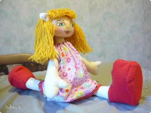 Увидела в Стране призыв к совместному пошиву таких очаровательных куколок большеножек http://stranamasterov.ru/node/371127?c=favorite . Там же дана выкройка и мастер класс.  Не могла устоять. И пошилась у меня такая девочка Катюшка. Шила такую куколку в первый раз и наделала много ошибок, но в конце концов на свет появилась моя Катерина.  фото 7