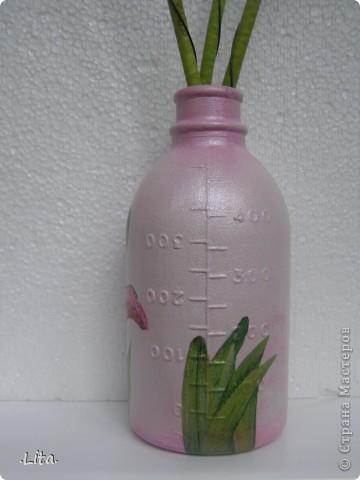 Ещё одна проба декупажа) дома насобиралось много бутылочек из под физ раствора,решила вазочку сделать) фото 3