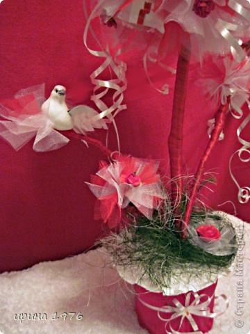 """Когда дарила, назвала- """"Дерево желаний"""", а на ветке сидит птица счастья. Психологи утверждают, что мысль материальна. Записанное желание обязательно сбудется.Как видите, на кроне привязаны маленькие листочки бумаги. На них мы написали пожелания для виновницы торжества.  фото 2"""
