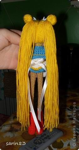 Всем здравствуйте! Насмотрелась я на кукол-лапша http://stranamasterov.ru/node/310749?c=favorite, и решила в подарок сестре связать сейлормун («Прекрасная воительница Сейлор Мун» японский мультфильм одно время показывали по телевизору). Думала всё быстро и просто, а столько разных мелочей (глаза, волосы, аксессуары ...) вот сегодня собрала все воедино. Всем спасибо кто заглянул. фото 4