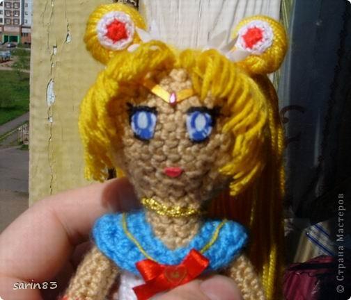 Всем здравствуйте! Насмотрелась я на кукол-лапша http://stranamasterov.ru/node/310749?c=favorite, и решила в подарок сестре связать сейлормун («Прекрасная воительница Сейлор Мун» японский мультфильм одно время показывали по телевизору). Думала всё быстро и просто, а столько разных мелочей (глаза, волосы, аксессуары ...) вот сегодня собрала все воедино. Всем спасибо кто заглянул. фото 5