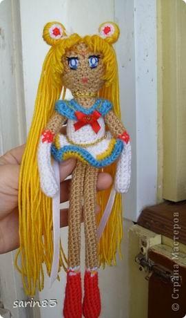 Всем здравствуйте! Насмотрелась я на кукол-лапша http://stranamasterov.ru/node/310749?c=favorite, и решила в подарок сестре связать сейлормун («Прекрасная воительница Сейлор Мун» японский мультфильм одно время показывали по телевизору). Думала всё быстро и просто, а столько разных мелочей (глаза, волосы, аксессуары ...) вот сегодня собрала все воедино. Всем спасибо кто заглянул. фото 1