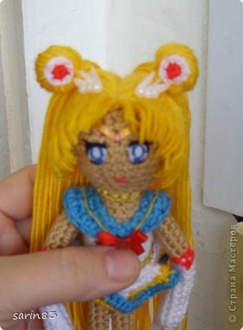 Всем здравствуйте! Насмотрелась я на кукол-лапша http://stranamasterov.ru/node/310749?c=favorite, и решила в подарок сестре связать сейлормун («Прекрасная воительница Сейлор Мун» японский мультфильм одно время показывали по телевизору). Думала всё быстро и просто, а столько разных мелочей (глаза, волосы, аксессуары ...) вот сегодня собрала все воедино. Всем спасибо кто заглянул. фото 7