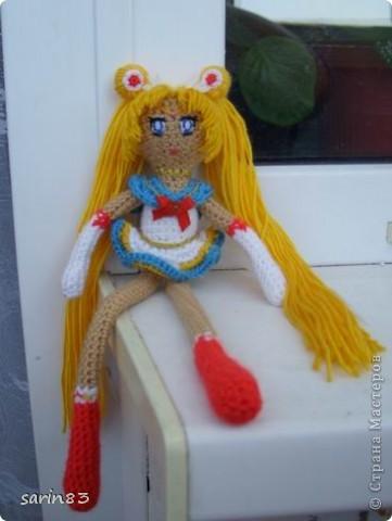 Всем здравствуйте! Насмотрелась я на кукол-лапша http://stranamasterov.ru/node/310749?c=favorite, и решила в подарок сестре связать сейлормун («Прекрасная воительница Сейлор Мун» японский мультфильм одно время показывали по телевизору). Думала всё быстро и просто, а столько разных мелочей (глаза, волосы, аксессуары ...) вот сегодня собрала все воедино. Всем спасибо кто заглянул. фото 6