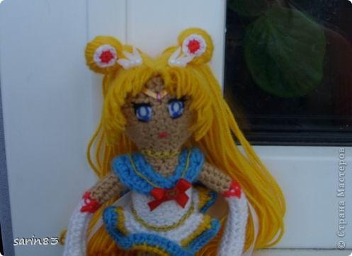 Всем здравствуйте! Насмотрелась я на кукол-лапша http://stranamasterov.ru/node/310749?c=favorite, и решила в подарок сестре связать сейлормун («Прекрасная воительница Сейлор Мун» японский мультфильм одно время показывали по телевизору). Думала всё быстро и просто, а столько разных мелочей (глаза, волосы, аксессуары ...) вот сегодня собрала все воедино. Всем спасибо кто заглянул. фото 8