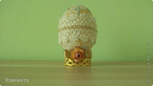 Все не дохoдили руки выложить...  Пенопластовое яйцо, акриловые краски золотая и белая, кружево, ленты, тесьма, бумажные цветочки-листочки дырокольные. фото 2