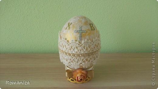 Все не дохoдили руки выложить...  Пенопластовое яйцо, акриловые краски золотая и белая, кружево, ленты, тесьма, бумажные цветочки-листочки дырокольные. фото 3