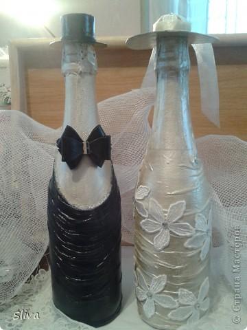 Бутылки. Акриловые краски. Кружево. Стразы. Ну и собственного изготовления шляпы из картона. Бабочка из девчачей резинки для волос. Финишный лак. фото 1