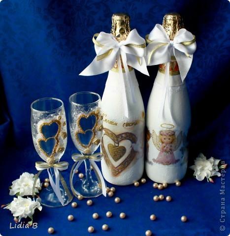 Бутылки и бокалы для жениха и невесты были также оформлены в бело-золотых тонах. Работы - дебюты фото 1