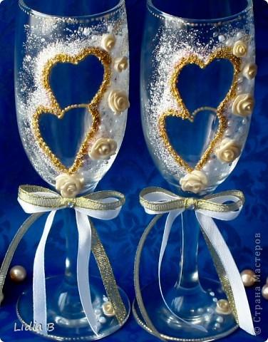 Бутылки шампанского и бокалы для жениха и невесты были также оформлены в бело-золотых тонах. Работы - дебюты фото 2