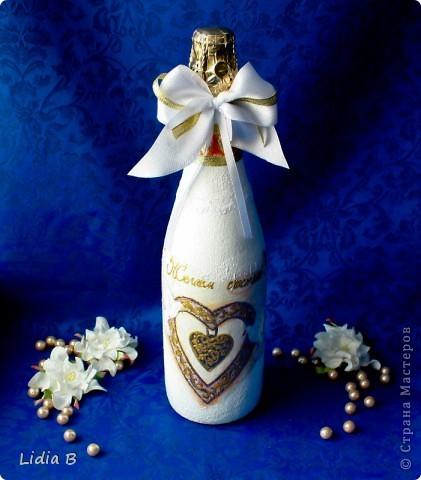 Бутылки и бокалы для жениха и невесты были также оформлены в бело-золотых тонах. Работы - дебюты фото 4