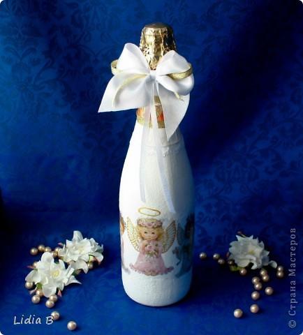 Бутылки и бокалы для жениха и невесты были также оформлены в бело-золотых тонах. Работы - дебюты фото 6