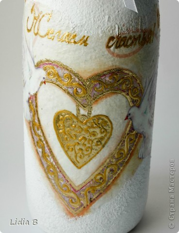 Бутылки и бокалы для жениха и невесты были также оформлены в бело-золотых тонах. Работы - дебюты фото 5