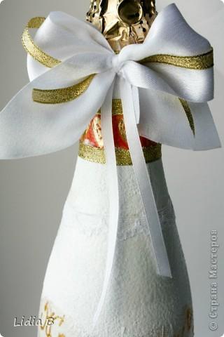 Бутылки и бокалы для жениха и невесты были также оформлены в бело-золотых тонах. Работы - дебюты фото 3