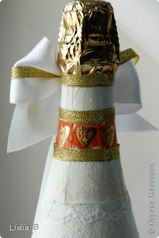 Бутылки шампанского и бокалы для жениха и невесты были также оформлены в бело-золотых тонах. Работы - дебюты фото 7