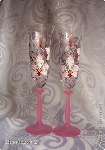 """Здраствуйте, дорогие мастерицы! Представляю на ваш суд несколько пар бокалов.     Вот  эту пару я делала по эскизу своих предыдущих бокалов """"Голубки"""", но уже из пластики. Ножка и сердце покрашены хрустальной пастой. фото 6"""