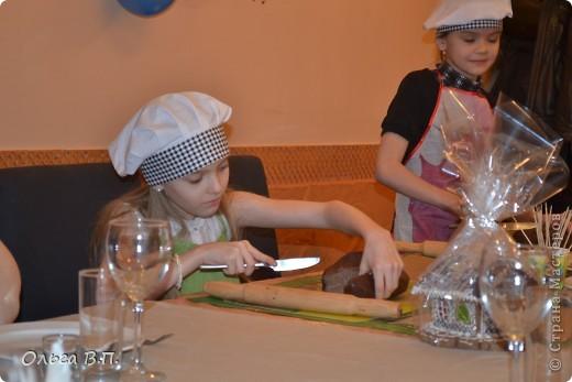Думали мы,думали,как отметить день рождения дочки-и вот что решили... Собрали небольшую,но очень дружную компанию и поехали в уютную  французскую пекарню, где добродушные и приветливые люди устроили нам мастер-класс по изготовлению пряничных домиков. фото 3