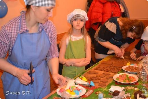 Думали мы,думали,как отметить день рождения дочки-и вот что решили... Собрали небольшую,но очень дружную компанию и поехали в уютную  французскую пекарню, где добродушные и приветливые люди устроили нам мастер-класс по изготовлению пряничных домиков. фото 5