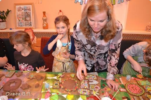 Думали мы,думали,как отметить день рождения дочки-и вот что решили... Собрали небольшую,но очень дружную компанию и поехали в уютную  французскую пекарню, где добродушные и приветливые люди устроили нам мастер-класс по изготовлению пряничных домиков. фото 7