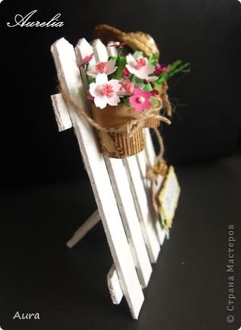 Привет всем! Сегодня утром набрела на это - http://wandasworx.com/pages_blog/a-gift-for-mothers-quilling-tutorial/ - и очень захотелось повторить себе! Лето, дача, свежевыбеленный заборчик... Вот результат работы - то ли открытка, то ли предмет интерьера... не знаю, куда определить, но мне результат нравится :)) фото 2