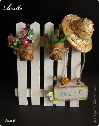 Привет всем! Сегодня утром набрела на это - http://wandasworx.com/pages_blog/a-gift-for-mothers-quilling-tutorial/ - и очень захотелось повторить себе! Лето, дача, свежевыбеленный заборчик... Вот результат работы - то ли открытка, то ли предмет интерьера... не знаю, куда определить, но мне результат нравится :)) фото 1