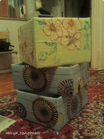 вот так преобразился старый трехстворчатый деревянный шкаф. Нарисовала, вырезала из самоклейки (осталась с того времени как кухню старую обклеивала) рисунок, приклеила на шкаф, покрасила белой акриловой краской, подцепляя зубочисткой сняла самоклейку, и вот что получилось. фото 6