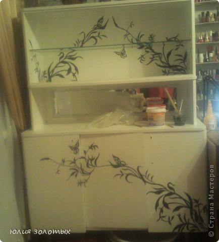 вот так преобразился старый трехстворчатый деревянный шкаф. Нарисовала, вырезала из самоклейки (осталась с того времени как кухню старую обклеивала) рисунок, приклеила на шкаф, покрасила белой акриловой краской, подцепляя зубочисткой сняла самоклейку, и вот что получилось. фото 4