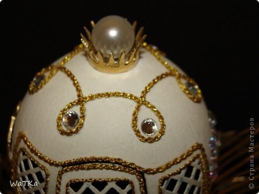 Когда-то видел кареты из страусиных яиц, и, сломав очередное яйцо, решил отвлечься от резьбы. Материалы мои латунь, стразы, нить и, конечно, яйцо. Куда же я без него. Яйцо гусиное, пришлось подрезать фото 3