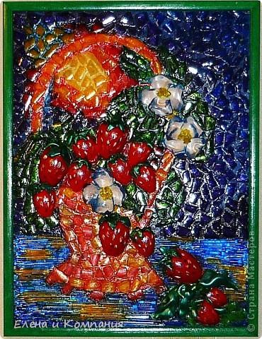 Это мозаика, но не классическая, а из пластика. Думаю, что таким способом мало кто делал мозаику (а может и никто не делал). По крайней мере я не встречала. Клубника, листья и цветы объемные, остальные части мозаики практически плоские. Все покрыто лаком. фото 2