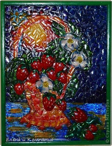 Это мозаика, но не классическая, а из пластика. Думаю, что таким способом мало кто делал мозаику (а может и никто не делал). По крайней мере я не встречала. Клубника, листья и цветы объемные, остальные части мозаики практически плоские. Все покрыто лаком. фото 1