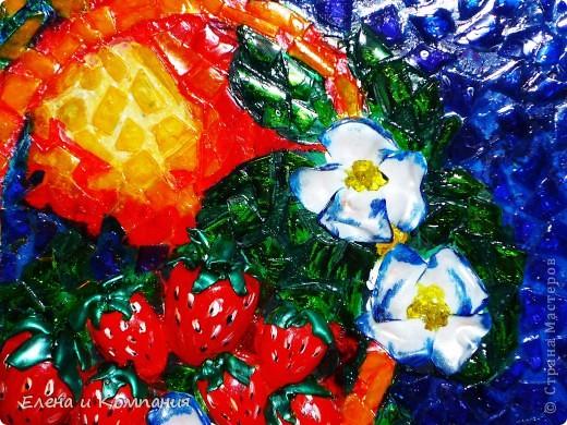 Это мозаика, но не классическая, а из пластика. Думаю, что таким способом мало кто делал мозаику (а может и никто не делал). По крайней мере я не встречала. Клубника, листья и цветы объемные, остальные части мозаики практически плоские. Все покрыто лаком. фото 4