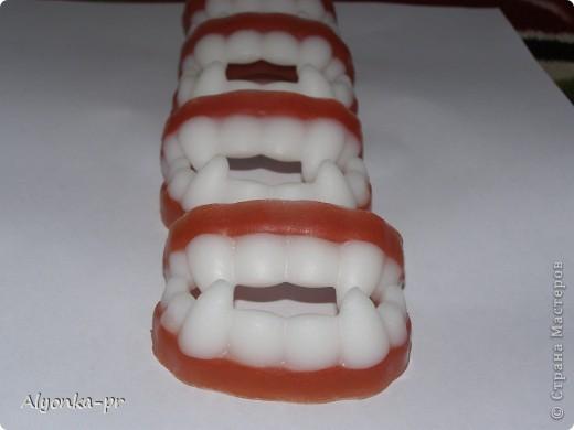 Вчера наконец-то пришло вдохновение и я сделала вот эти самые челюсти. Но белой основы как назло не было, пришлось выкручиваться- недавно на днях случайно где-то прочитала, что прозрачную основу можно подкрасить зубным порошком. Вот он меня и выручил. фото 1