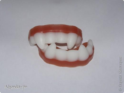 Вчера наконец-то пришло вдохновение и я сделала вот эти самые челюсти. Но белой основы как назло не было, пришлось выкручиваться- недавно на днях случайно где-то прочитала, что прозрачную основу можно подкрасить зубным порошком. Вот он меня и выручил. фото 2