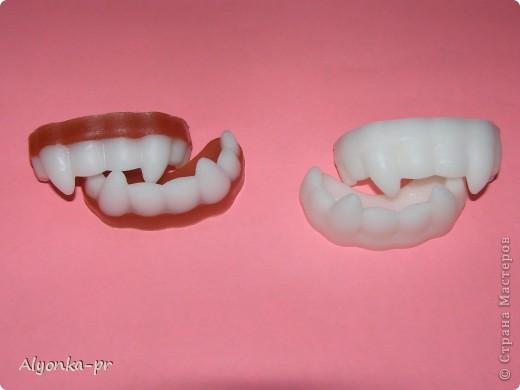 Вчера наконец-то пришло вдохновение и я сделала вот эти самые челюсти. Но белой основы как назло не было, пришлось выкручиваться- недавно на днях случайно где-то прочитала, что прозрачную основу можно подкрасить зубным порошком. Вот он меня и выручил. фото 4
