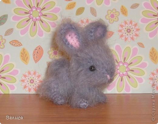 Зайка связан из мохеровых ниток по авторскому описанию с сайта www.strazik-blog.ru Рост игрушки всего 7 см. фото 1