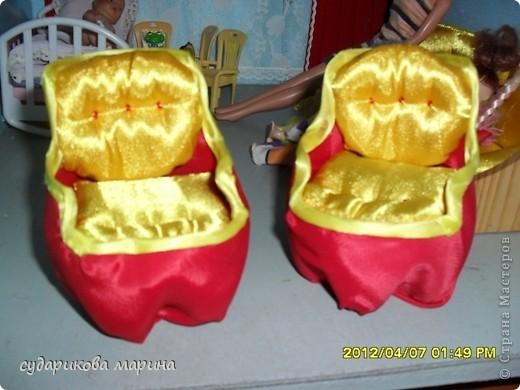 Вот новые кресла в домик для кукол))) Сделаны из пластиковой бутылки, обклеиной с помощью пистолета тканью. Мягкая часть кресла сделана из губок для посуды) фото 1
