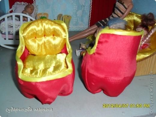 Вот новые кресла в домик для кукол))) Сделаны из пластиковой бутылки, обклеиной с помощью пистолета тканью. Мягкая часть кресла сделана из губок для посуды) фото 2