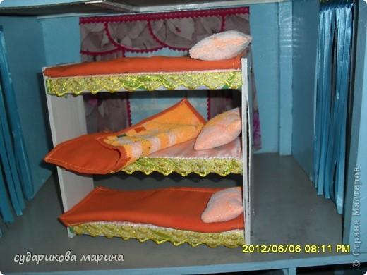 Вот новые кресла в домик для кукол))) Сделаны из пластиковой бутылки, обклеиной с помощью пистолета тканью. Мягкая часть кресла сделана из губок для посуды) фото 4