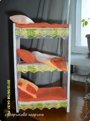 Вот новые кресла в домик для кукол))) Сделаны из пластиковой бутылки, обклеиной с помощью пистолета тканью. Мягкая часть кресла сделана из губок для посуды) фото 5