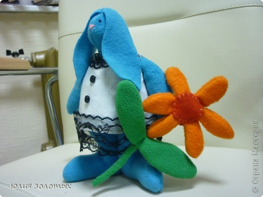Вислоухие зайцы мальчик и девочка. Вернее заяц- это моему папе, в лапке у него виноград, тзайчиха- маме, она цветы любит. фото 2