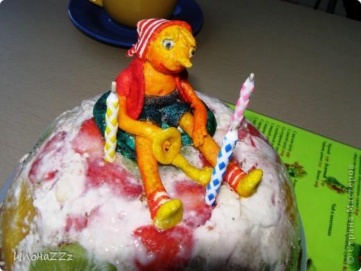Прочитала МК Оли и Ко и тоже решила украсить торт рукотворной  фигуркой из маршмеллоу. http://stranamasterov.ru/node/262955 фото 1